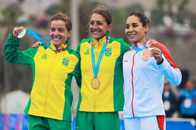 Vittoria Lopes, Luisa Baptista e Cecilia Perez no pódio do triatlo do Pan de Lima 2019
