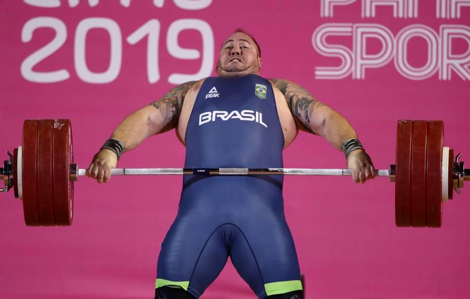 Fernando Saraiva, do Brasil, durante sua performance na competição masculina de Levantamento de Peso
