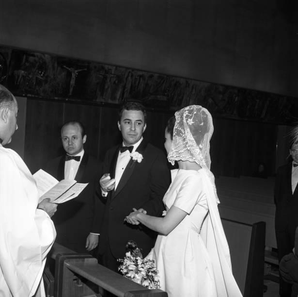 João Gilberto em seu casamento com Heloísa Maria Buarque de Hollanda, a Miúcha, em cerimônia realizada em 22 de abril de 1965, na cidade de Nova York. Era o segundo casamento do cantor e os dois ficariam juntos até 1980.