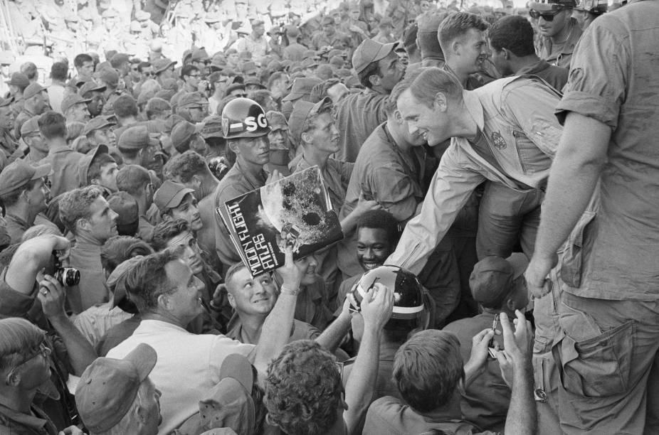 Neil Armstrong cumprimenta soldados americanos da Guerra do Vietnã - 29/12/1969