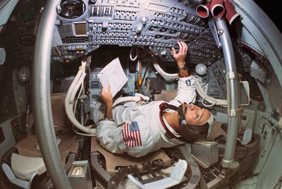 Astronauta Michael Collins em simulador da missão Apollo no Centro Espacial Kennedy - 20/06/1969