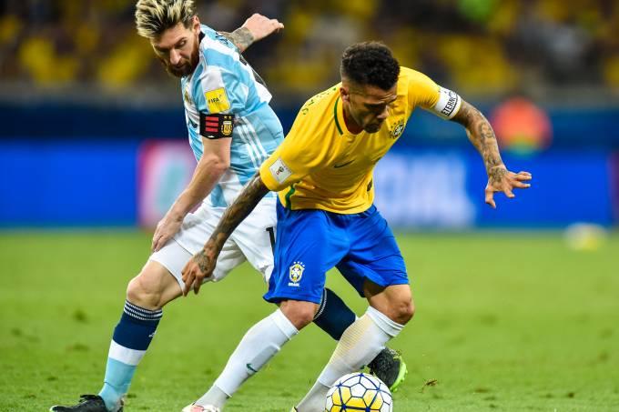 Lionel Messi e Daniel Alves, em clássico entre Brasil e Argentina, em 2016, no Mineirão