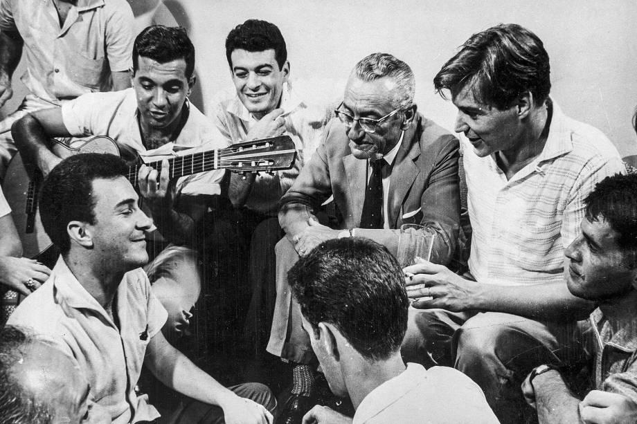 ...em reunião da turma da bossa nova, com Tom Jobim e o veterano Ary Barroso, que saudava o novo gênero musical brasileiro...