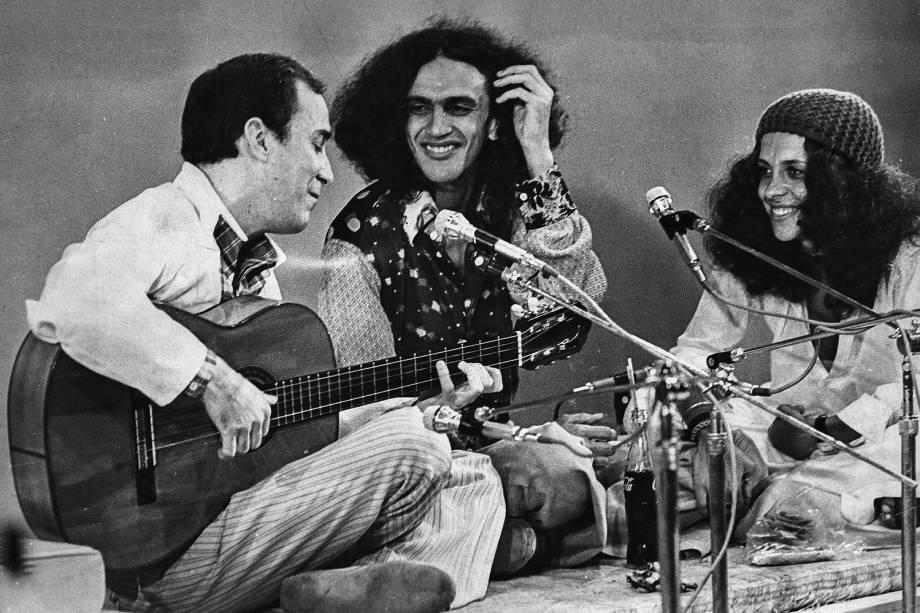 ...toca violão com os tropicalistas Caetano Veloso e Gal Costa, dois de seus discípulos mais aplicados