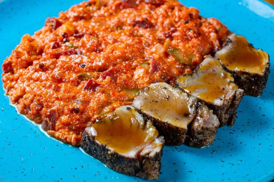 Tataki de atum selado na crosta de pimenta-rosa: variedade de prato principal