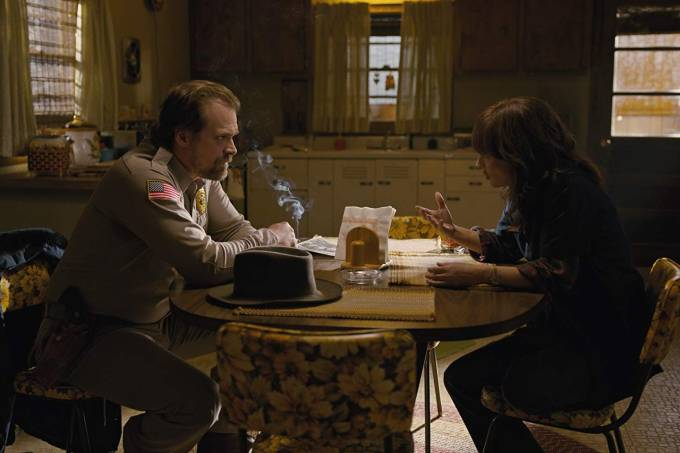 Jim Hopper (David Harbour) e Joyce Byers (Winona Ryder) em cena de 'Stranger Things'