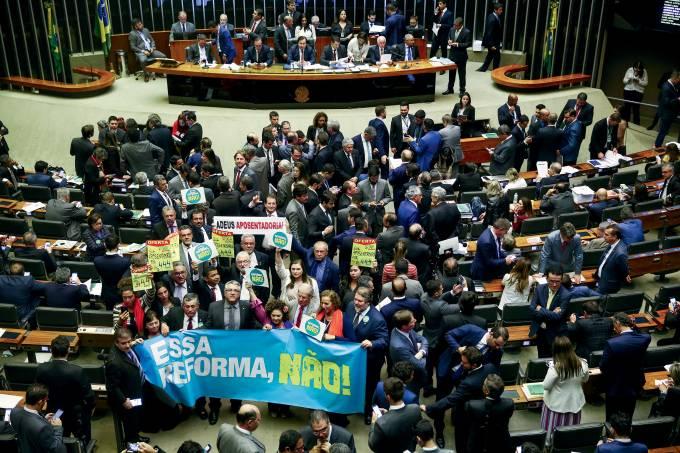Deputados de oposição  erguem faixas contra a reforma da Previdência