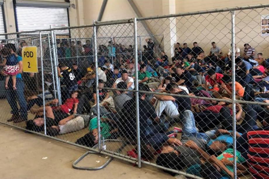 As fotos no relatório revelam celas abarrotadas e habitações divididas por telas de arame