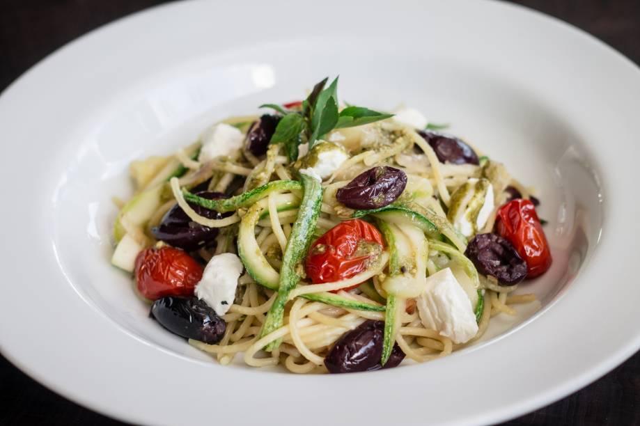 Uma das opções de prato principal para o jantar: espaguete à mediterrânea