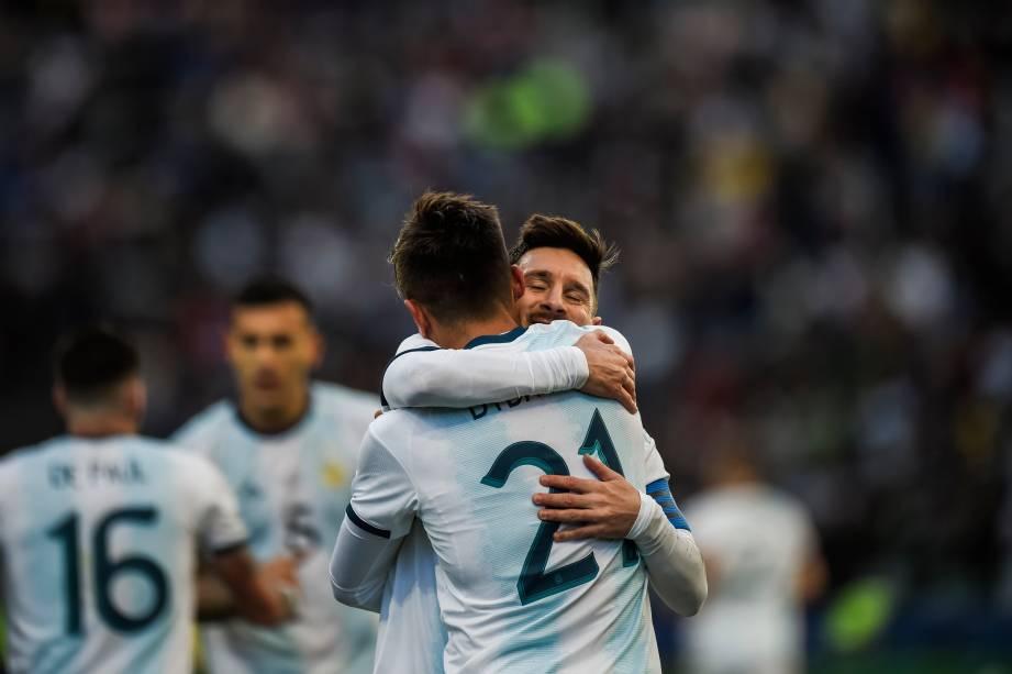 Com Lionel Messi, o atacante Paulo Dybala comemora o segundo gol argentino contra o Chila - Copa América