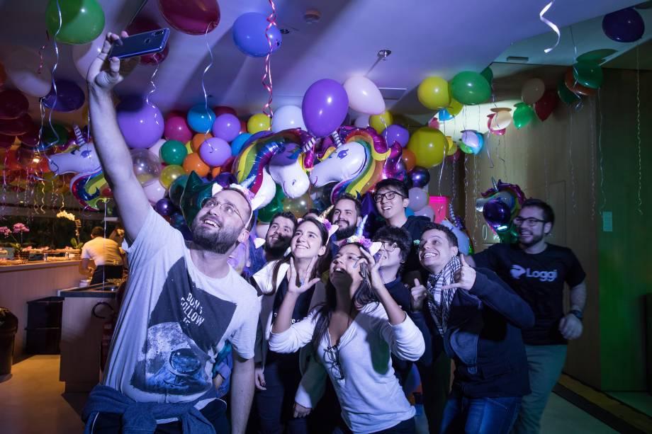 Funcionários da Loggi comemoram a entrada da empresa no clube dos unicórnios, no início de junho