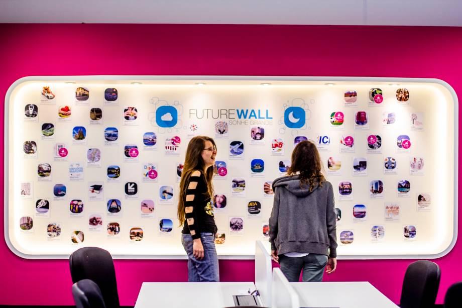 """No """"Future Wall"""", os funcionarios da Movile colocam fotos com suas metas e sonhos a conquistar (Foto: Heitor Feitosa/VEJA)"""