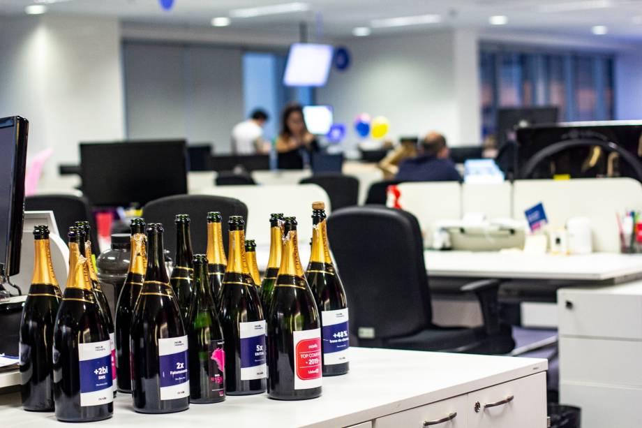 No escritório da Movile, as garrafas de champanhe abertas representam  conquistas da empresa