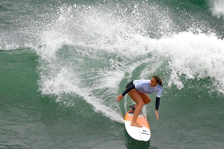A brasileira Karol Ribeiro em ação pelo Aberto Feminino de Surfe na Praia de Punta Rocas, em Lima