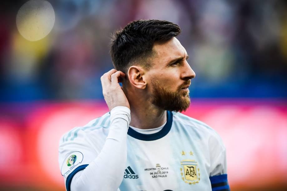 Lionel Messi durante execução do hino nacional da Argentina antes da partida contra o Chile
