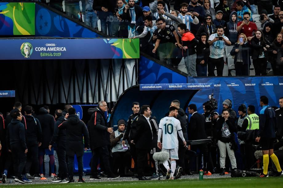 Lionel Messi deixa o campo após ser expulso na partida contra o Chile, válida pela disputa de terceiro lugar da Copa América