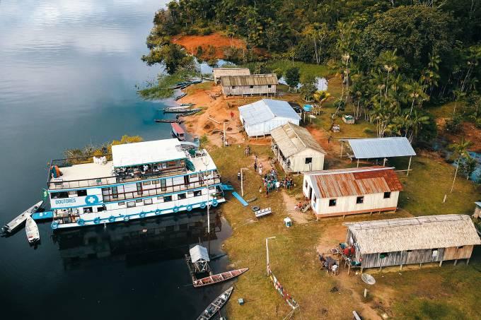 NO CORAÇÃO DA FLORESTA – O barco atracado em uma comunidade do Rio Acari e um de seus consultórios: 2000 pessoas atendidas