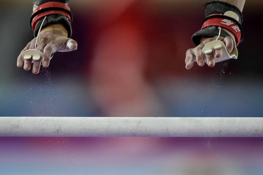 A mexicana Paulina Campos na competição de barras paralelas, em Lima