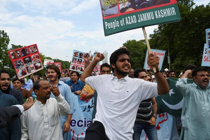Paquistaneses da Caxemira em protesto contra a Índia em Islamabad