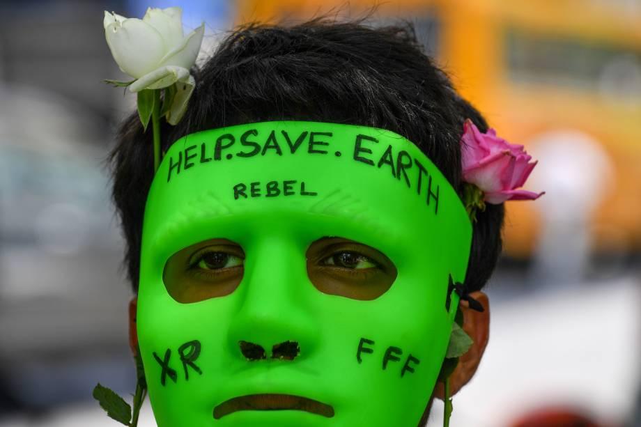 Homem usa máscara em protesto pela conservação da Amazônia diante do consulado do Brasil em Mumbai, Índia - 23/08/2019