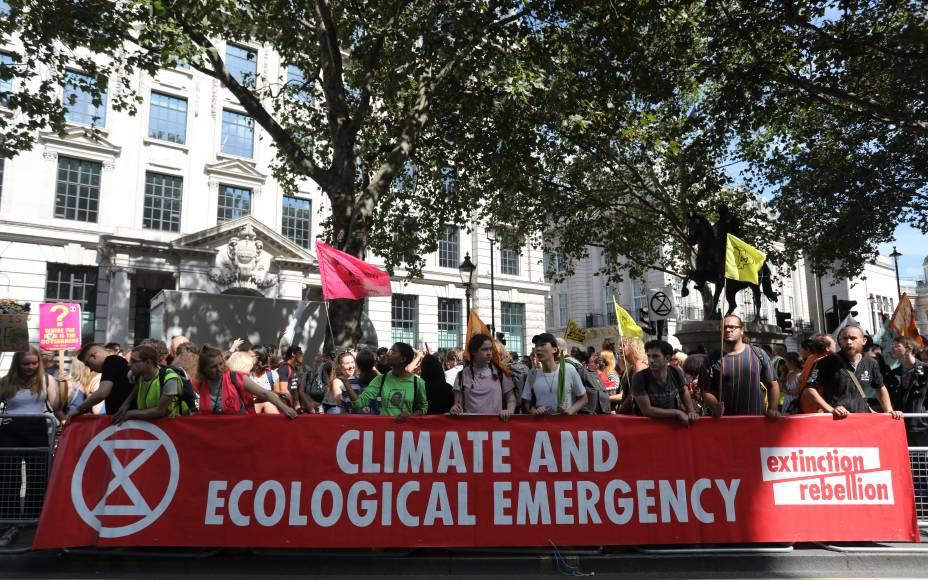 Manifestantes carregam faixa diante da embaixada do Brasil em Londres - 23/08/2019
