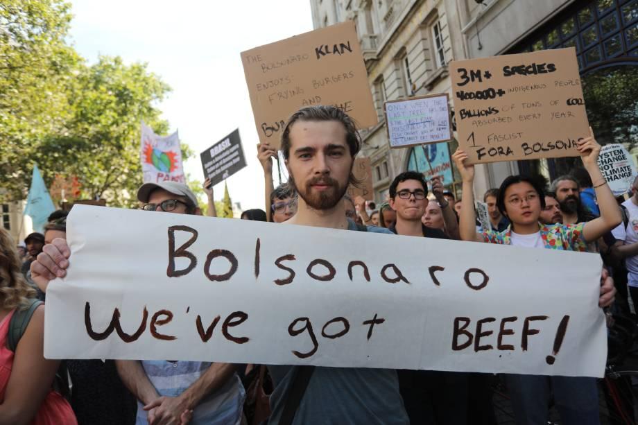 """Aos gritos de """"Salvem a Amazônia"""" e """"Fora, Bolsonaro"""", centenas de pessoas se reuniram diante da embaixada de Londres - 23/08/2019"""