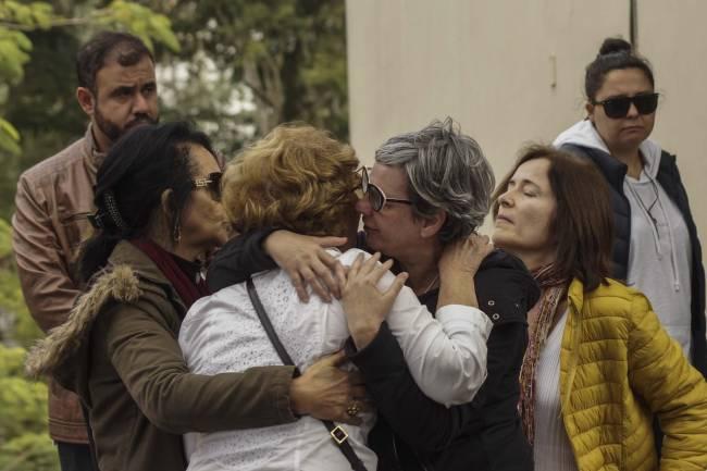 Amigos e familiares durante velório e enterro da escritora atriz e roteirista Fernanda Young no Cemitério de Congonhas, zona sul de São Paulo