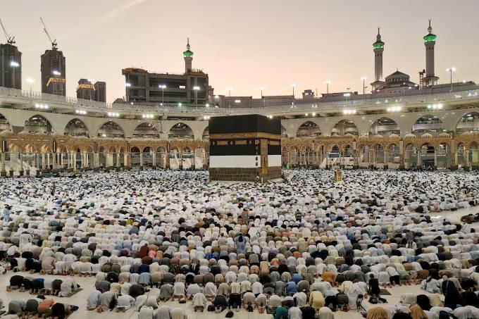 Muçulmanos orando em Meca