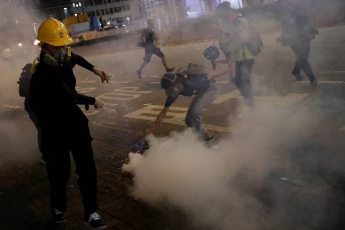 Manifestante reage após polícia disparar gás lacrimgêneo para dispersar protesto em Hong Kong