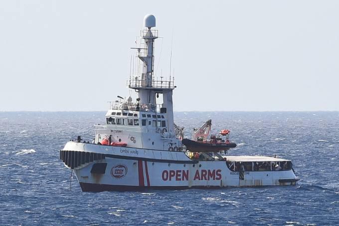 Embarcação espanhola de resgate de imigrantres Open Arms perto do litoral da Itália, em Lampedusa