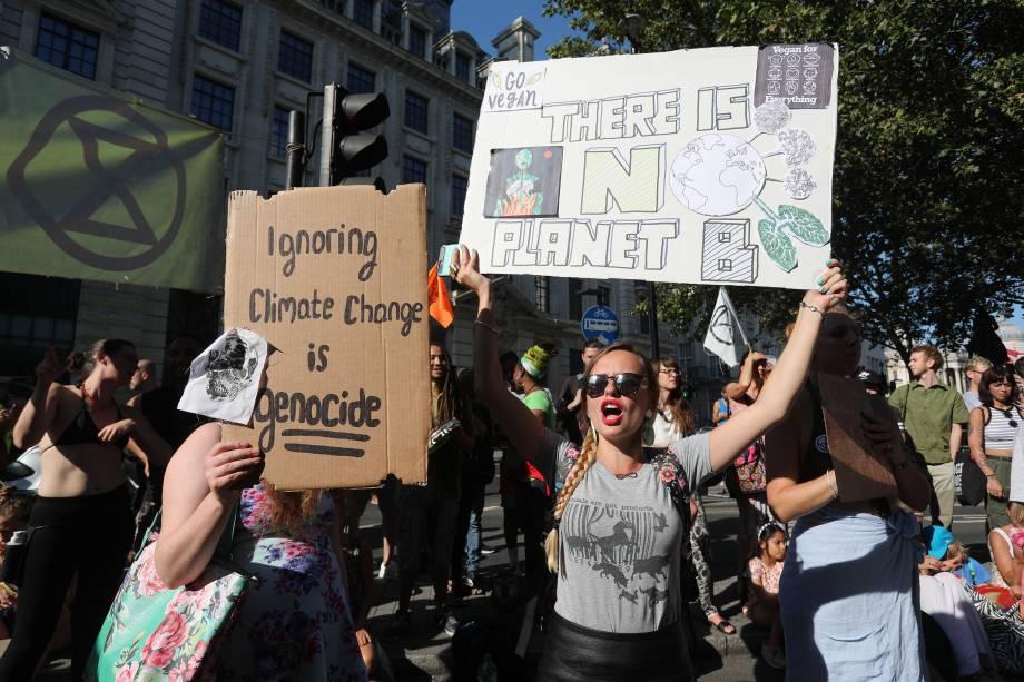 Ativistas da mudança climática se manifestaram do lado de fora da embaixada brasileira em Londres, no Reino Unido