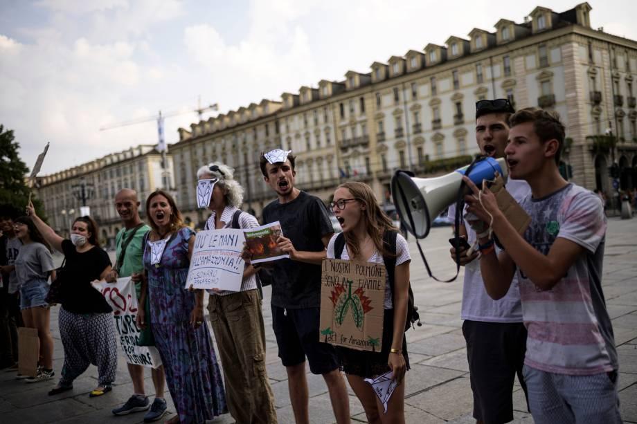 Manifestantes participam de uma manifestação na Piazza Castello em Turim, na Itália