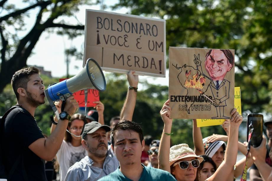 Ativistas da mudança climática protestam contra o governo brasileiro pelos incêndios na floresta amazônica, em frente ao consulado brasileiro em Cali, Colômbia