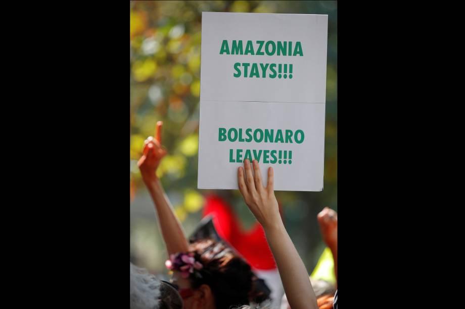 Ativistas climáticos participam de um protesto do lado de fora da embaixada do Brasil em Paris, na França