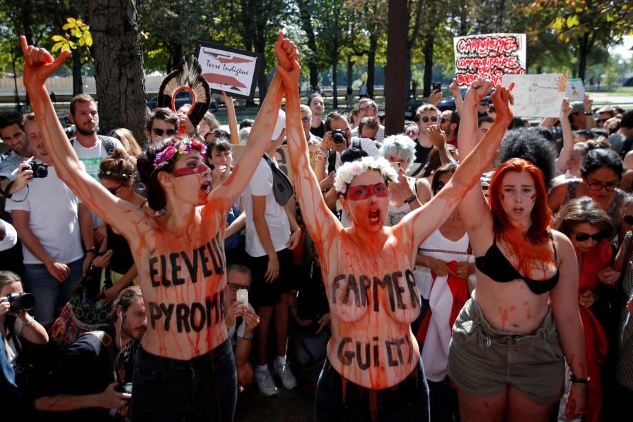 Manifestantes protestam do lado de fora da embaixada do Brasil, em Paris, na França