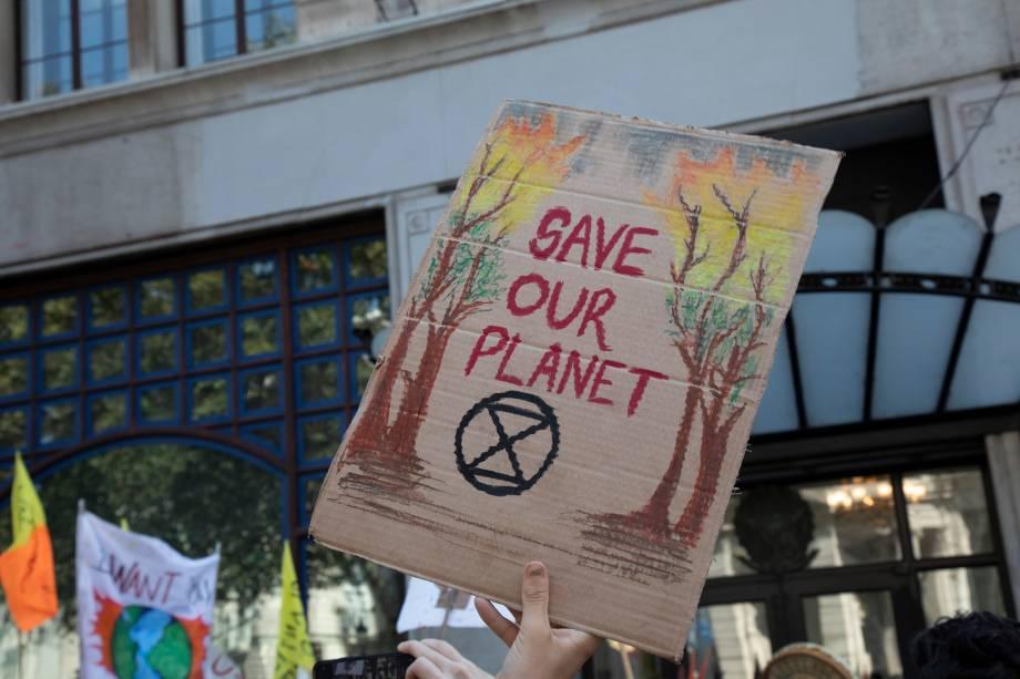 """""""Salve o planeta"""": em um protesto organizado pela """"Extinction Rebellion"""" na Embaixada do Brasil contra incêndios e queima de árvores na floresta amazônica em Londres, Reino Unido"""
