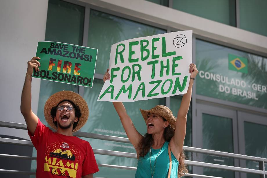 Ativistas protestam pela proteção da floresta amazônica em frente ao consulado brasileiro em Coral Gables, na Flórida, nos EUA