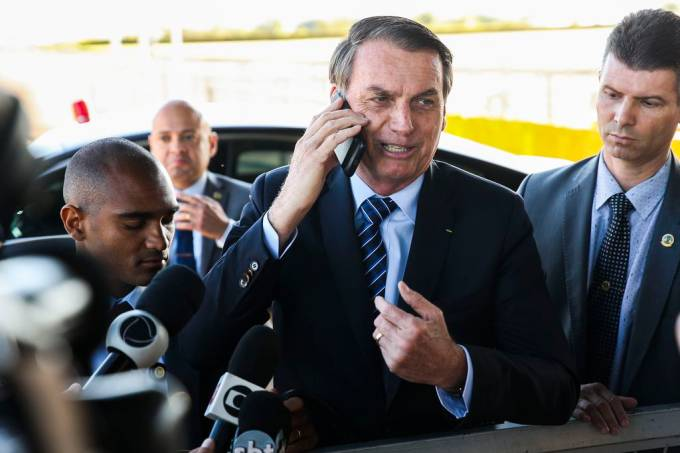Presidente Jair Bolsonaro, fala à imprensa ao sair do Palácio da Alvorada