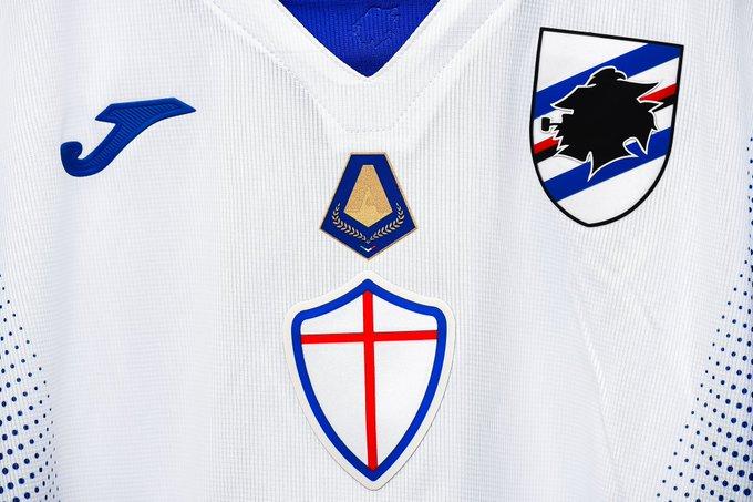 Camisa da Sampdoria com o escudo de artilheiro de Quagliarella