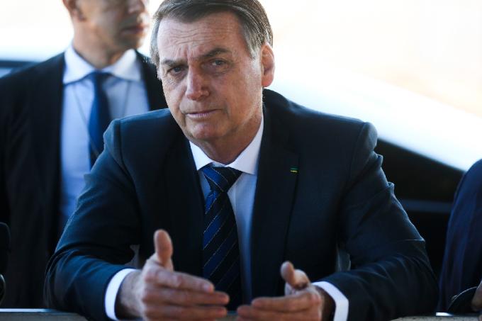 O presidente Jair Bolsonaro fala com a imprensa na saída do Palácio da Alvorada