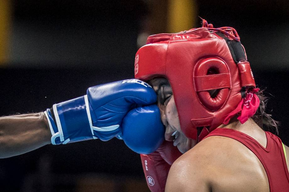 Jucielen Romeudo, do Brasil, acertando golpe durante luta com a americana Yarisel Ramirez