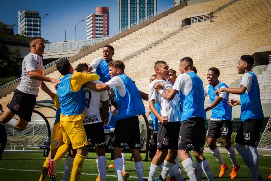 Jogadores do Corinthians comemoram o terceiro gol da equipe