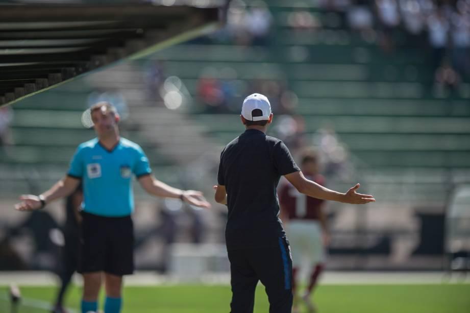 Técnico do Corinthians, Gustavo Almeida, reclamando com a arbitragem