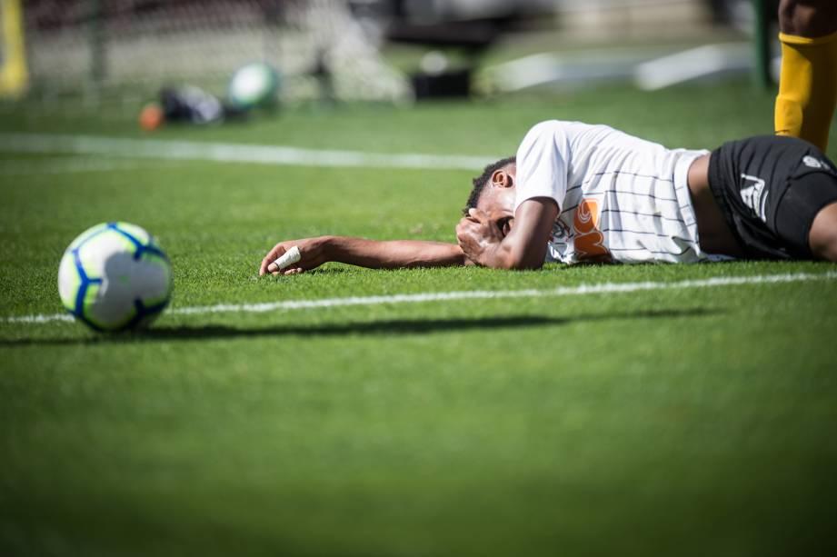 Cauê, do Corinthians, no chão após receber falta na linha de fundo