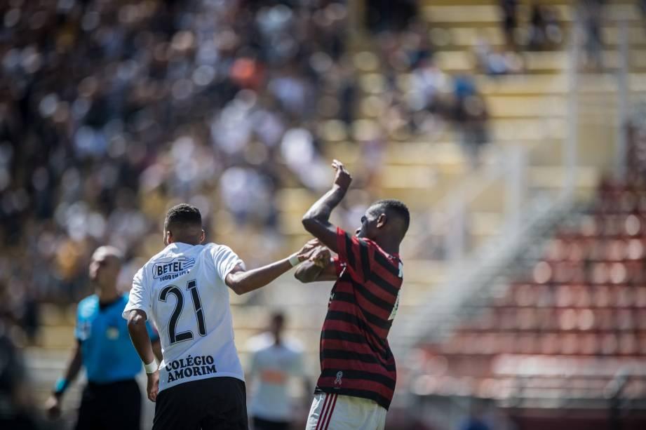 Otavio, do Flamengo, e Rodrigo, do Corinthians, em disputa na partida