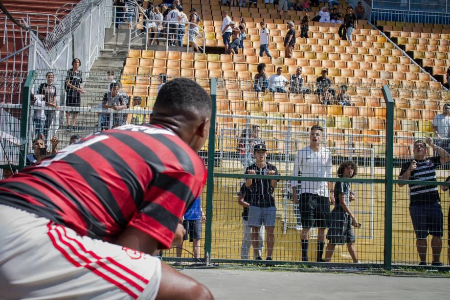 Otavio, do Flamengo, em provocação com a torcida rival