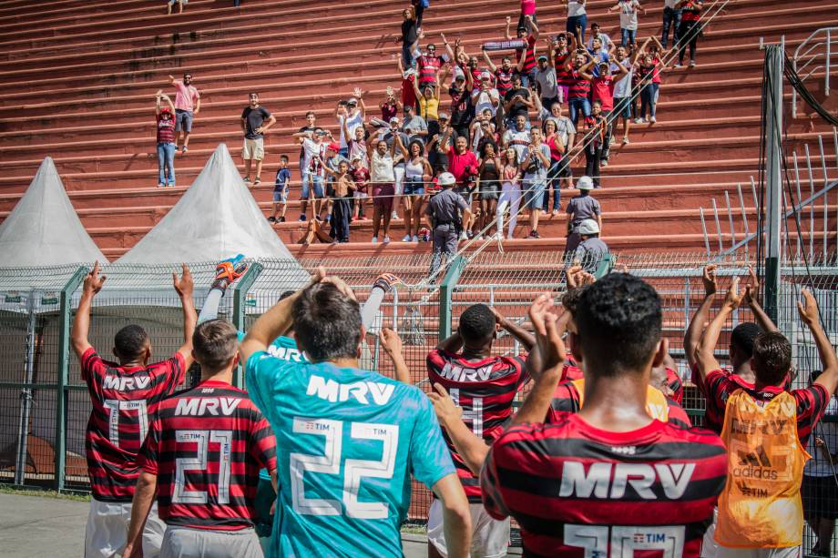 Jogadores do Flamengo agradecem à torcida rubro-negra que compareceu ao jogo