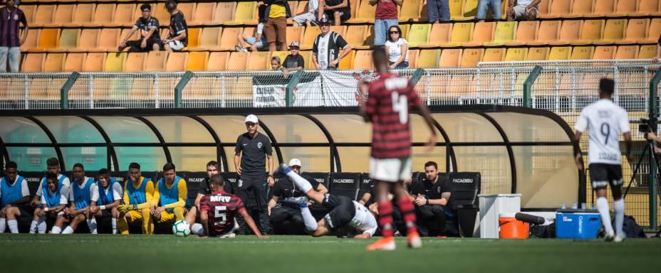 Dhouglas, do Flamengo, desarmando atleta do Corinthians