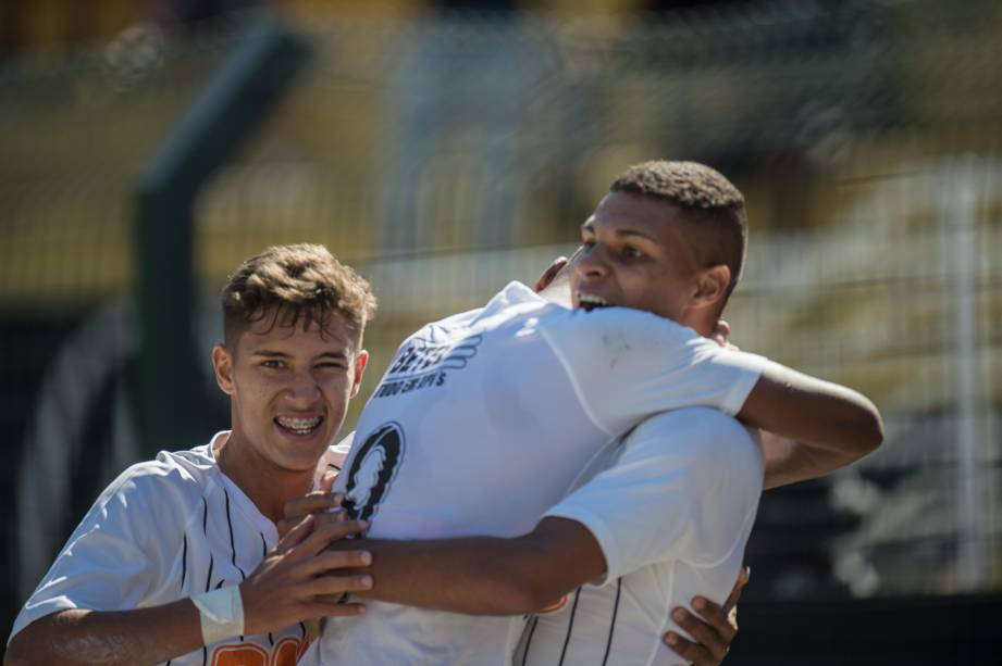 Jogadores do Corinthians comemoram o primeiro gol da partida