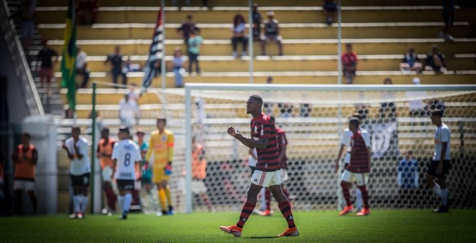 Jogador do Flamengo vibrando após o gol de virada da equipe